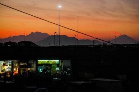 Amanecer en la central de abastos con vista de los dos volcanes el Popocatepetl y el Iztaccihuatl