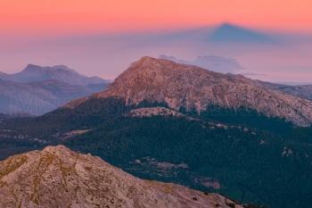 La sombra del puig de Massanella, proyectada sobre el Tomir. Sierra de Tramuntana, Mallorca