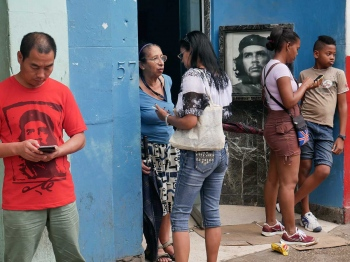 che guevara and cuban people connecting in wi-fi areas, photo by louis alarcon