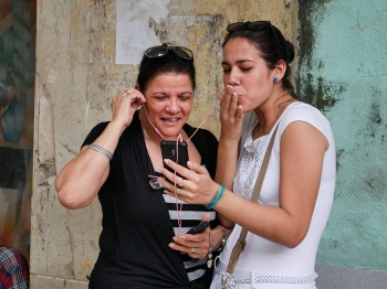Kissing in a Wi-fi area in Havana - photography workshop by louis alarcon