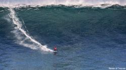 Axi surfeando una de las mayores olas que se surfearon en el Cantábrico (Asturies).