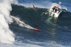 """""""EL MOMENTO"""" Tony en la ola, Jacobo de testigo y Tarek fotografiando desde el barco donde Andres """"el primon"""" demuestra lo que sabe hacer (Asturies)."""
