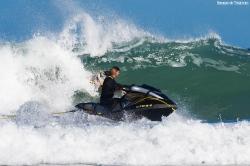 Manu en la moto en primer término con Campa detrás, en la ola.