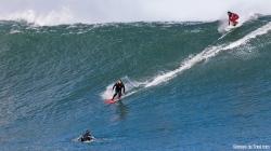 Jorge en una de sus bajadas, el tamaño queda bien marcada por Jacobo (arriba) y por el otro surfista en la base de la ola (Asturies).