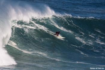 Jacobo en la parte ya final de la ola, aún así no pierde tamaño (Asturies).
