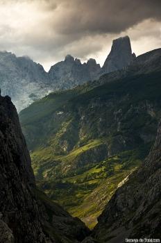 Habituales son las luces y sombras, en la canal de Texu, sobre Bulnes y sobre la propia montaña.