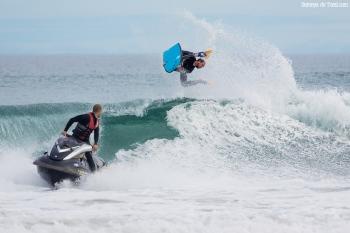 Y se busca el momento perfecto para soltar al surfer contra la ola.