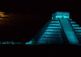Chichén Itzá con luna llena