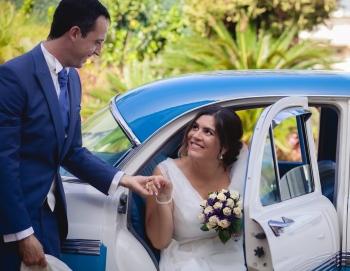 la llegada de la novia en coche