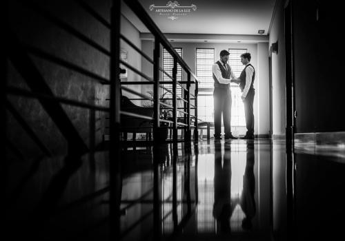 Artesano de la Luz - Fotografia de boda - vistiendo al novio