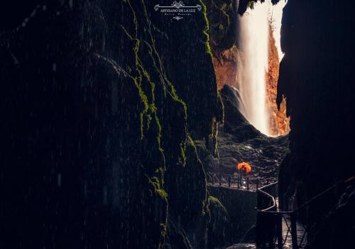 Artesano de la Luz - Sesión de preboda en la cueva iris del Monasterio de Piedra
