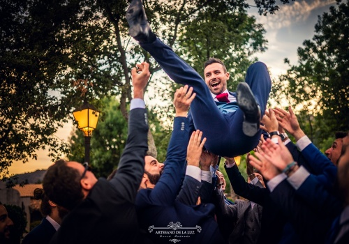 Artesano de la Luz - fotos de boda manteando al novio