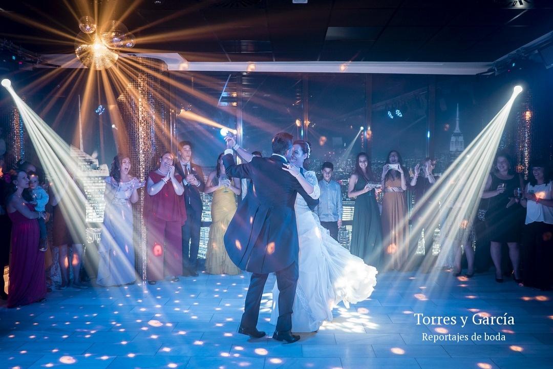 Abriendo el baile en la discoteca del palacete de la ochava - Fotografías - Libros y reportajes de boda diferentes.
