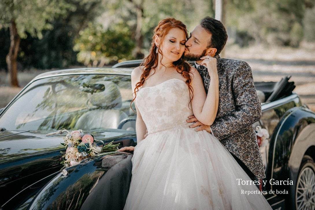 caricias entre los novios - Fotografías - Libros y reportajes de boda diferentes.