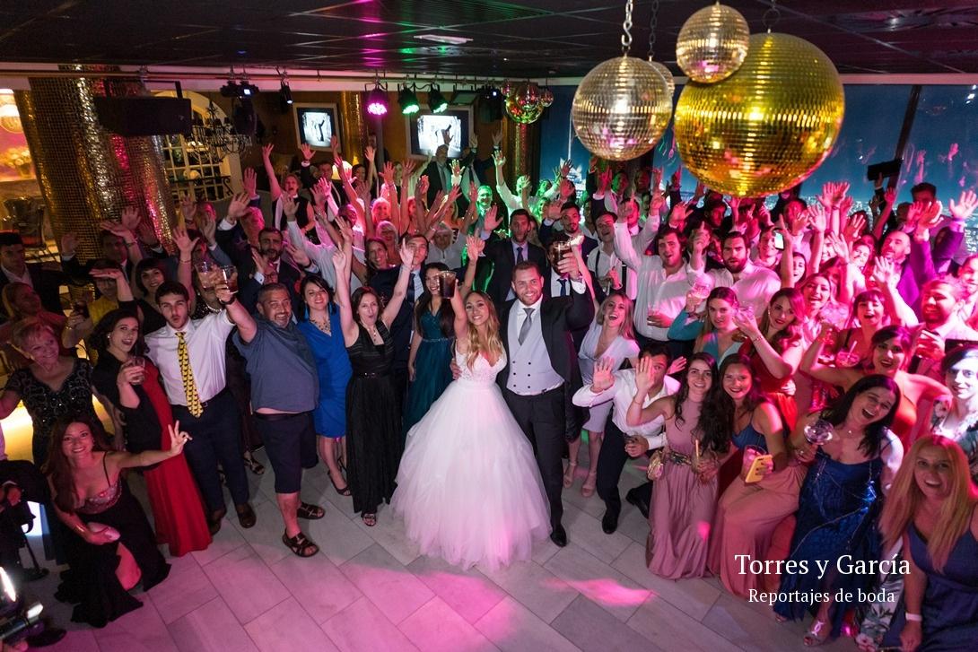 todos juntos en la disco - Fotografías - Libros y reportajes de boda diferentes.