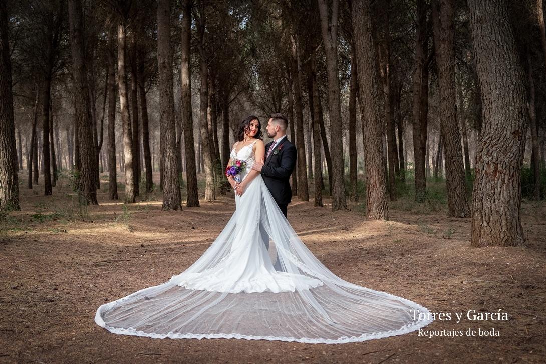 foto en el pinar de Valdilecha - Fotografías - Libros y reportajes de boda diferentes.