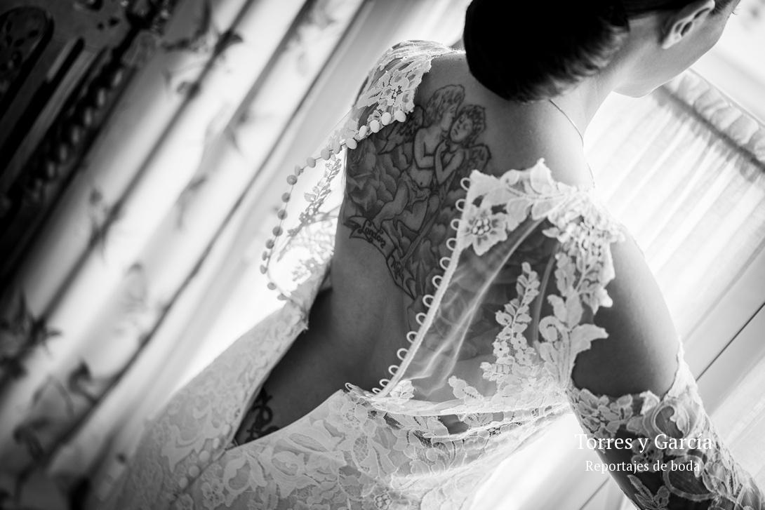 detalle de la espalda de la novia - Fotografías - Libros y reportajes de boda diferentes.