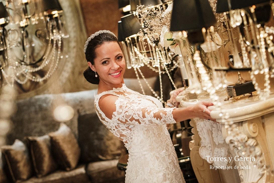 la novia en el salón - Fotografías - Libros y reportajes de boda diferentes.