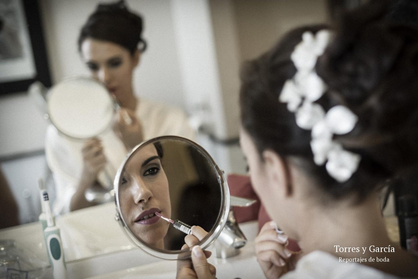la novia se maquilla - Fotografías - Libros y reportajes de boda diferentes.