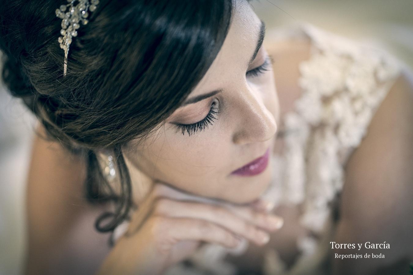 detalle del maquillaje de la novia - Fotografías - Libros y reportajes de boda diferentes.