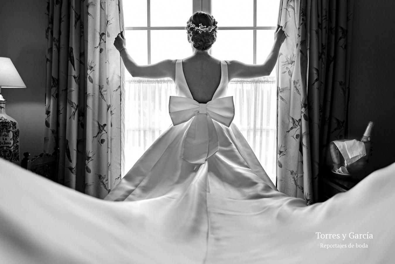 detalle del vestido de novia - Fotografías - Libros y reportajes de boda diferentes.