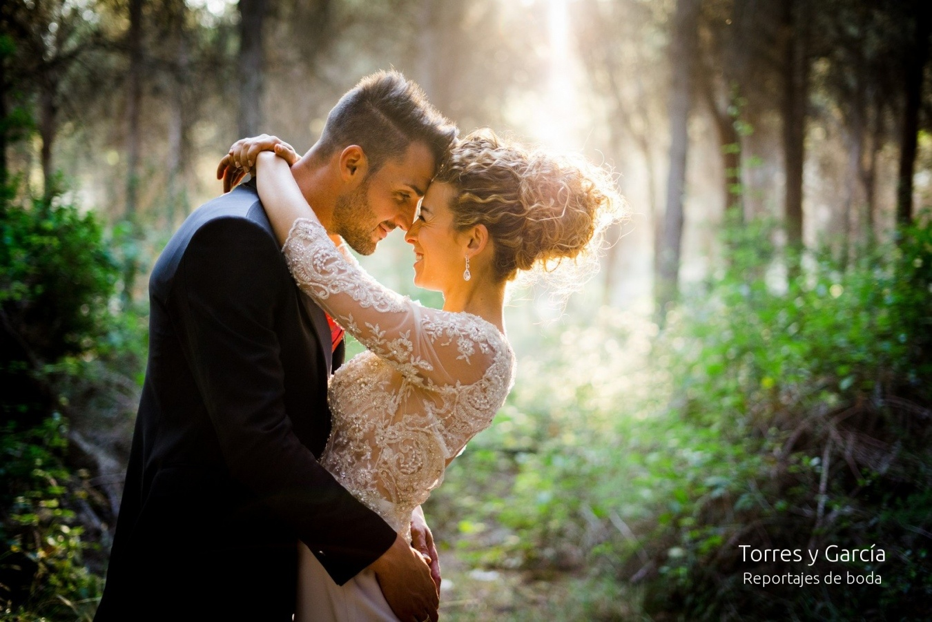 Novios en los pinares de Valdilecha - Fotografías - Libros y reportajes de boda diferentes.