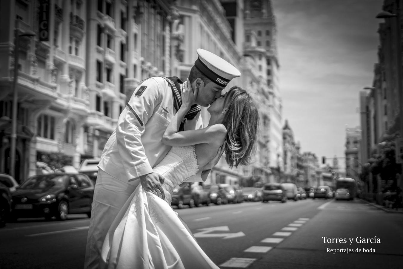 Beso de los novios en la Gran Vía de Madrid - Fotografías - Libros y reportajes de boda diferentes.