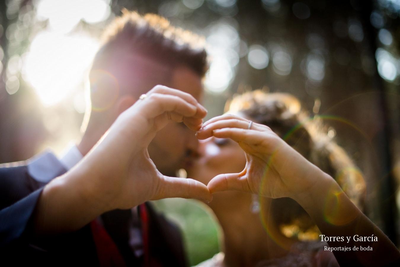 beso a contraluz - Fotografías - Libros y reportajes de boda diferentes.