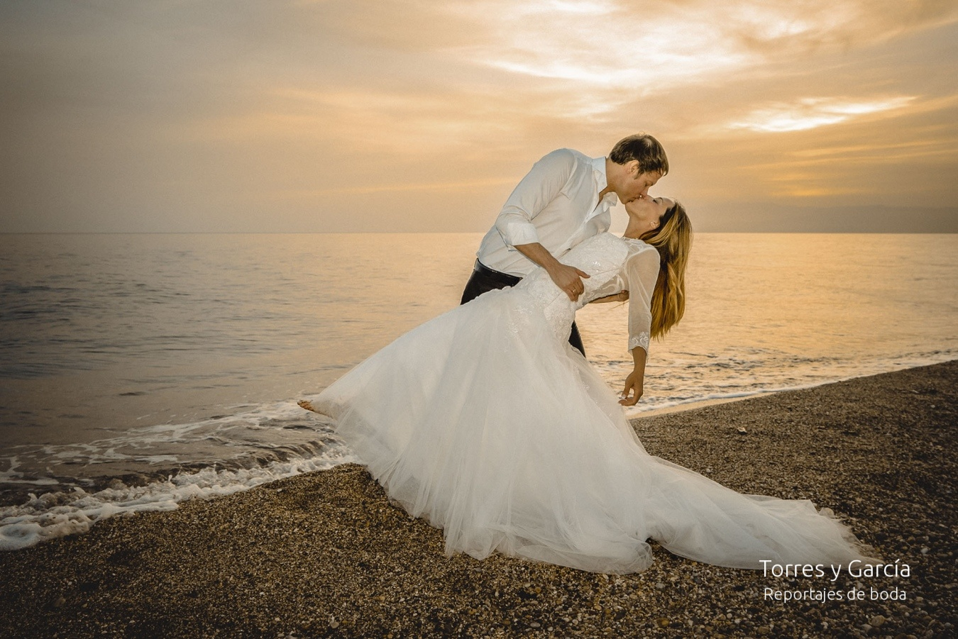 atardecer en el mar - Fotografías - Libros y reportajes de boda diferentes.