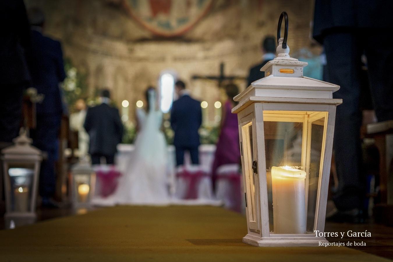 detalle de la decoración de la iglesia de Valdilecha - Fotografías - Libros y reportajes de boda diferentes.