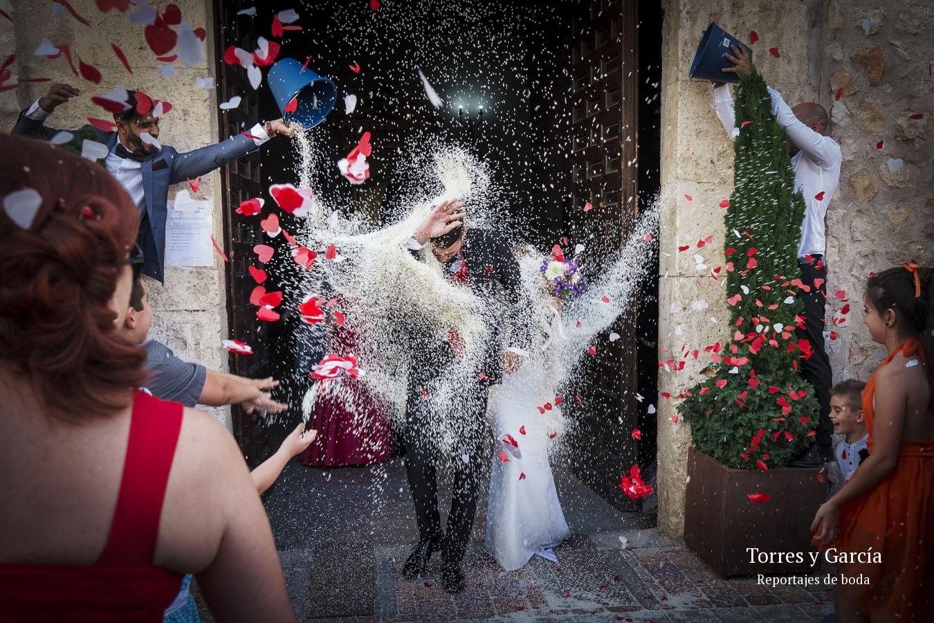 tirando arroz a cubos - Fotografías - Libros y reportajes de boda diferentes.