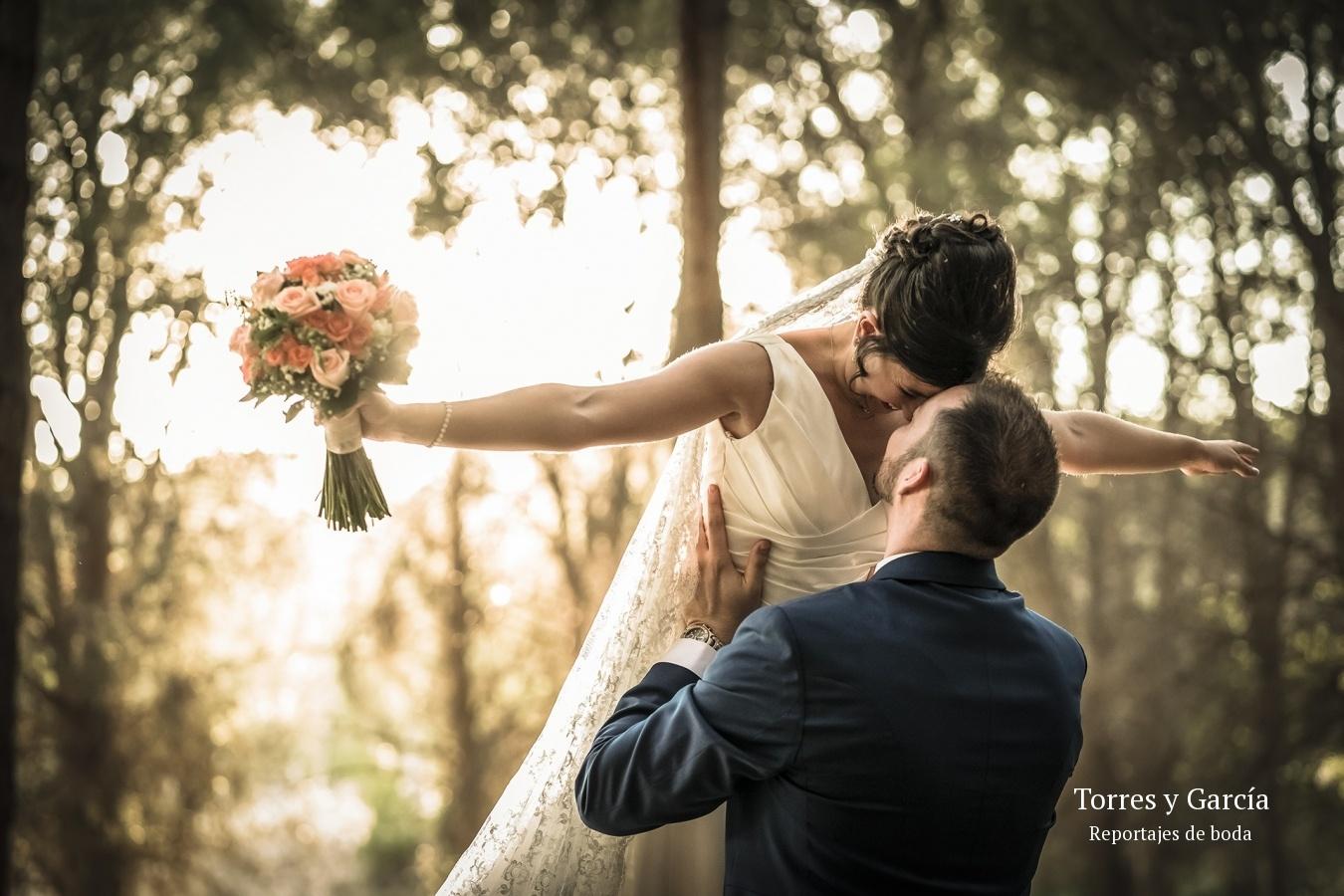 novios en el pinar de Valdilecha - Fotografías - Libros y reportajes de boda diferentes.