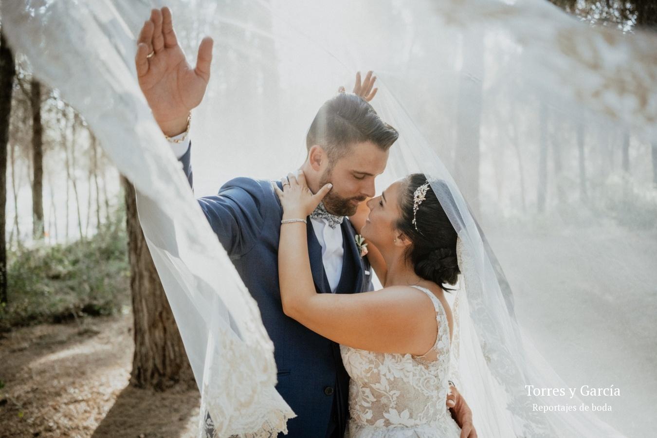 besándose bajo el velo - Fotografías - Libros y reportajes de boda diferentes.