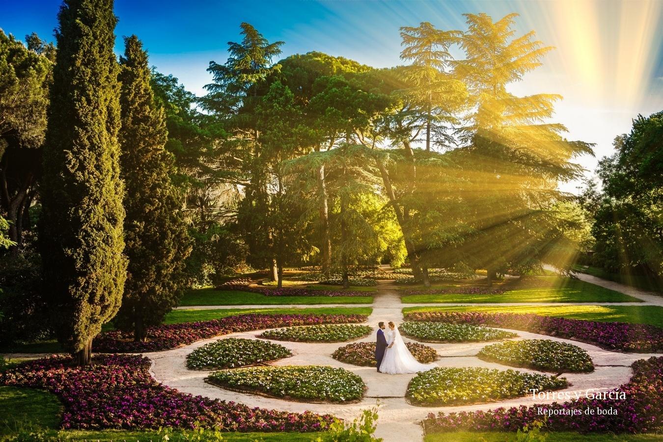 foto en el parque del capricho de Madrid - Fotografías - Libros y reportajes de boda diferentes.