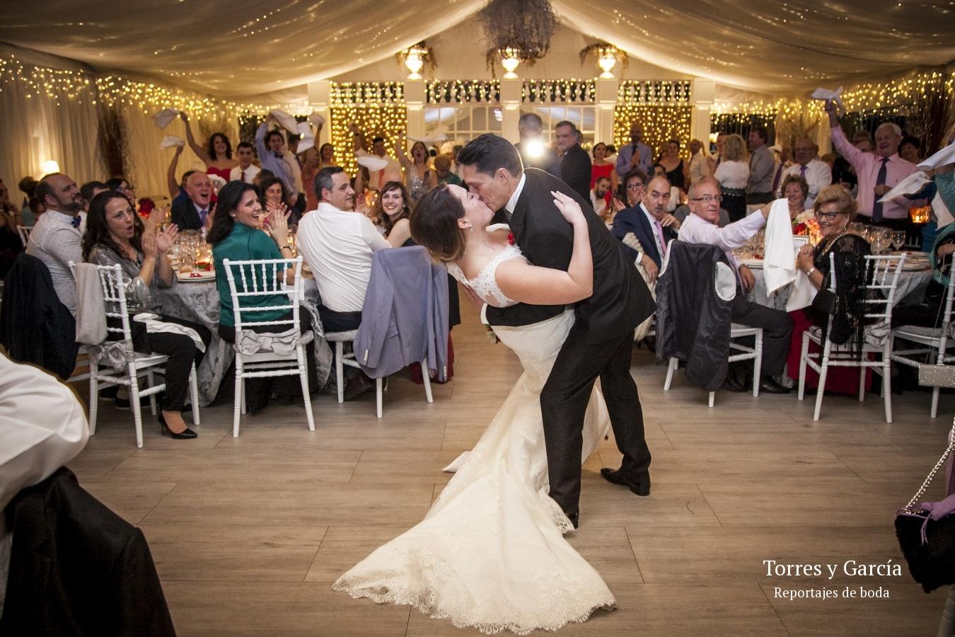 entrando al salón de bodas - Fotografías - Libros y reportajes de boda diferentes.