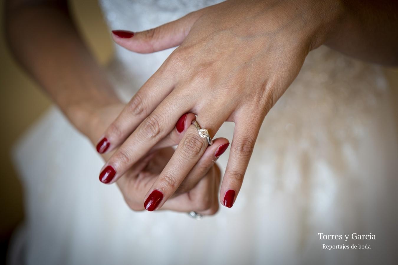 el anillo de compromiso - Fotografías - Libros y reportajes de boda diferentes.