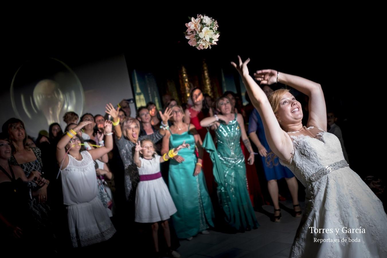 lanzando el ramo de novia - Fotografías - Libros y reportajes de boda diferentes.