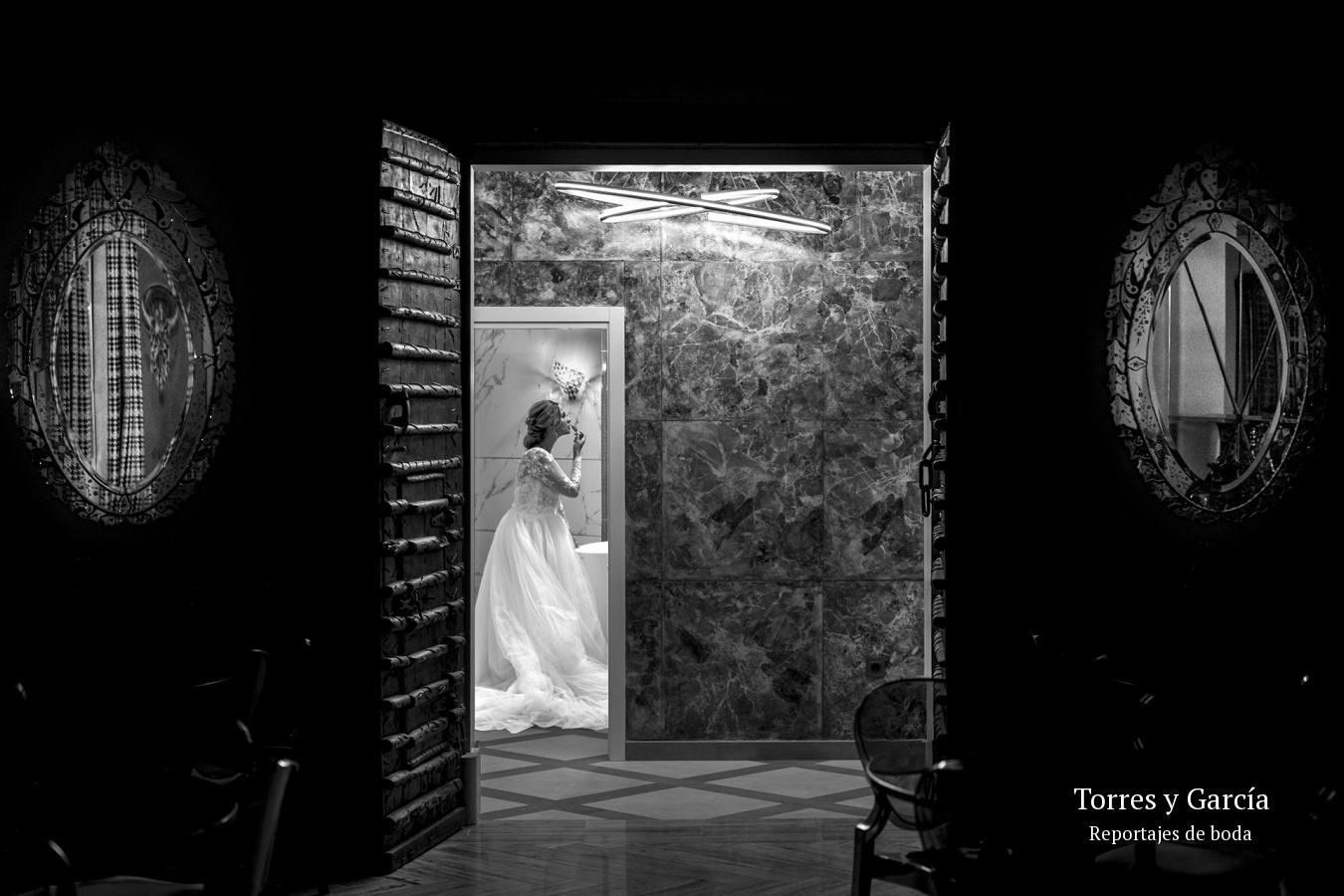 retocandose la novia - Fotografías - Libros y reportajes de boda diferentes.