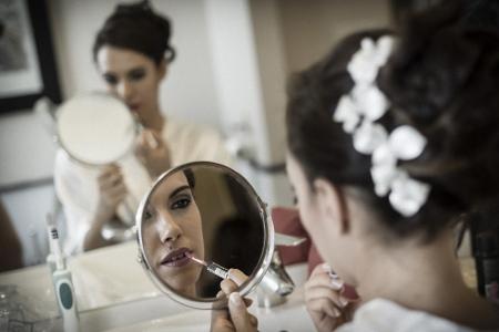 retocandose ante el espejo