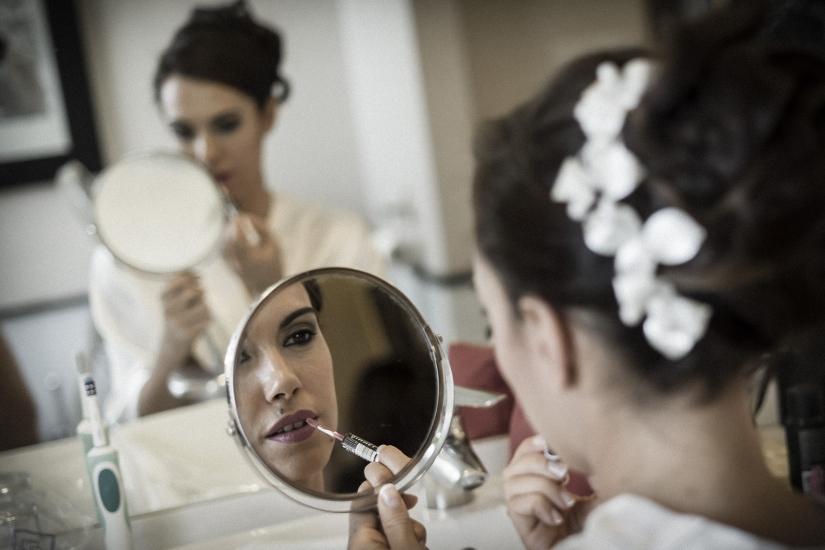 novia maquillandose en el espejo