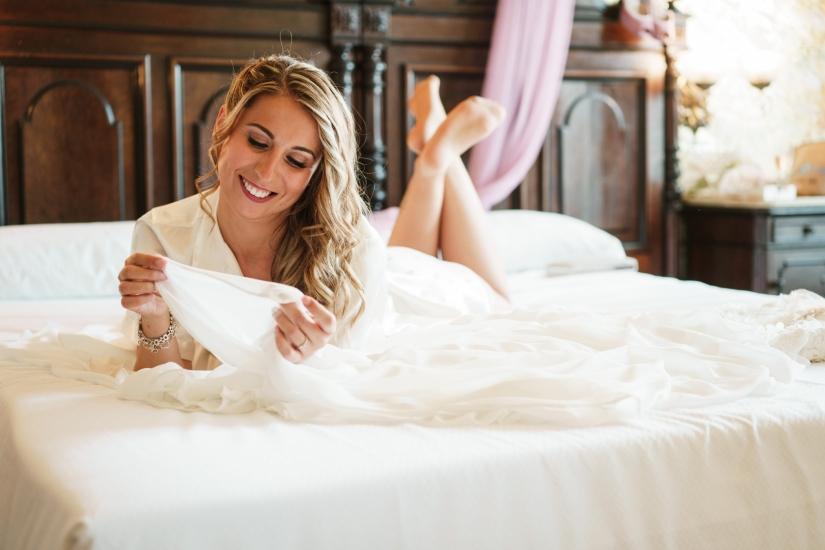 novia en la cama del hotel
