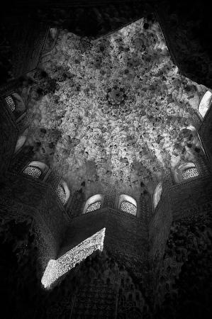 Una de las salas de palacio nazarí de Los Leones, La Alhambra. Granada España.