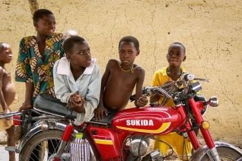 Sukida. Retrato con la moto de m'baba. Burkina Faso 2007.