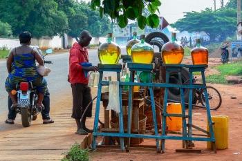 El brillo de la gasolina. Benín 2010.
