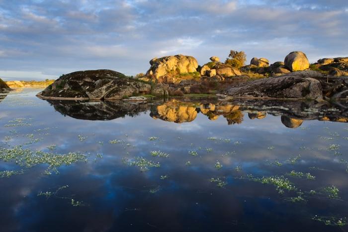 Koldo Badillo · cielo, agua y calma. Paisaje de lago y rocas