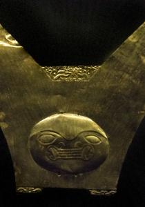 DSC_9920 Una de las cuatro coronas y diademas de cobre dorado que se encontró en el fardo funerario