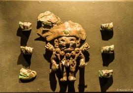DSC_9761 Vasijas escultóricas mochicas representando personajes Señores con ornamentos