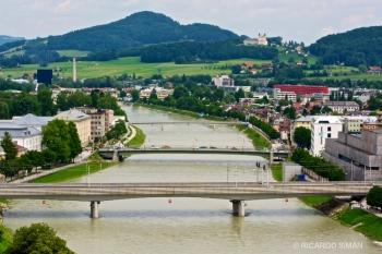 Puentes de Salzburgo, al fondo  Iglesia de Nuestra Señora de Maria